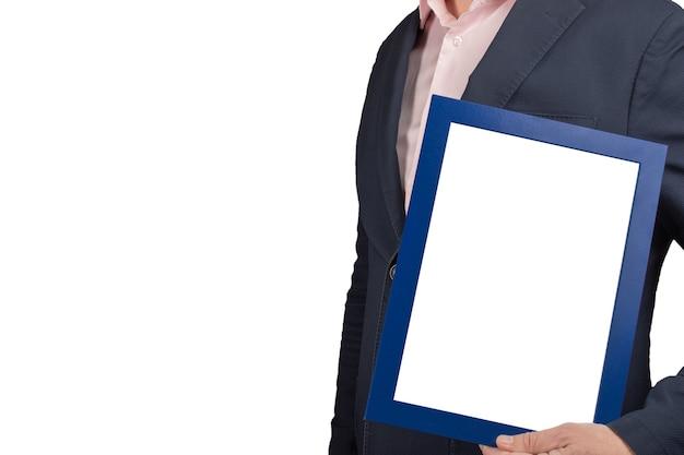 Uomo di affari che tiene in mano cornice vuota vuota. mockup imprenditore tenendo immagine certificato diploma di laurea telaio.