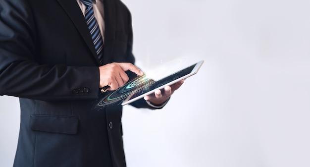 Uomo d'affari che tiene in mano un dispositivo intelligente con hud visivo sullo schermo