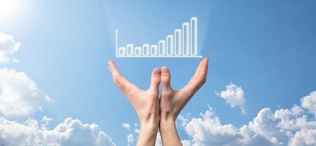 Uomo d'affari che tiene tablet e mostra grafici olografici e statistiche del mercato azionario guadagnano profitti. concetto di pianificazione della crescita e strategia aziendale. visualizzazione di buona economia forma schermo digitale.