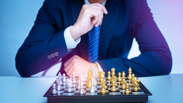 L'uomo d'affari sta giocando a scacchi, concetto di strategia di gestione aziendale