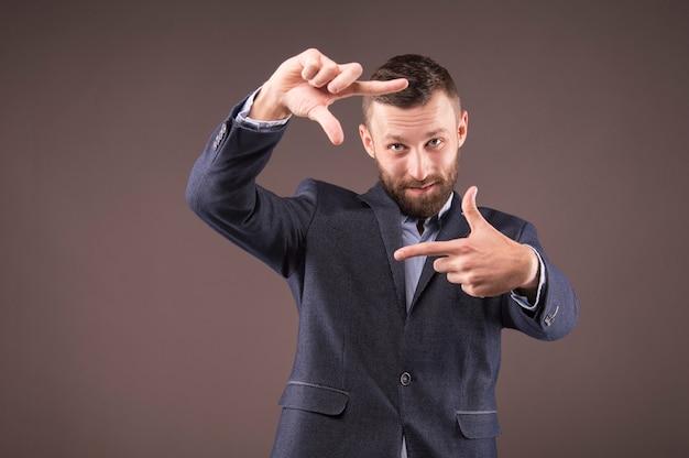Uomo di affari che fa una cornice con le dita