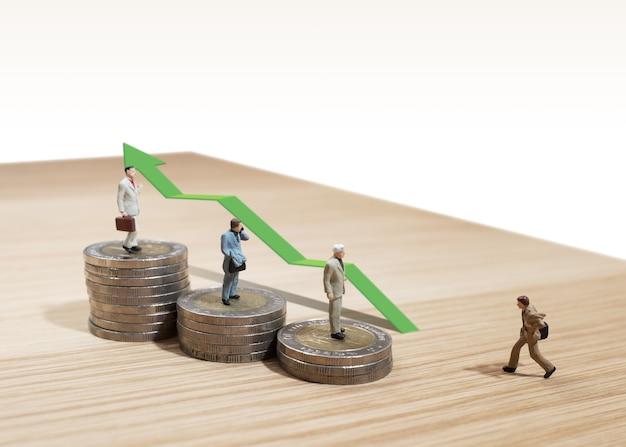 Il concetto di miniatura dell'uomo di affari si sposta verso la finanza e il marketing aziendali di successo