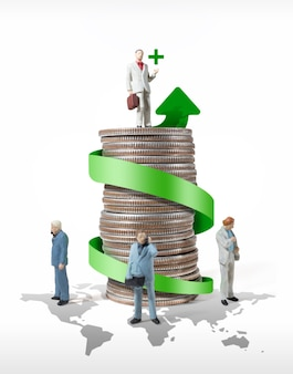 Idea di concetto di figura in miniatura di uomo d'affari per il successo mondiale della finanza aziendale e del marketing