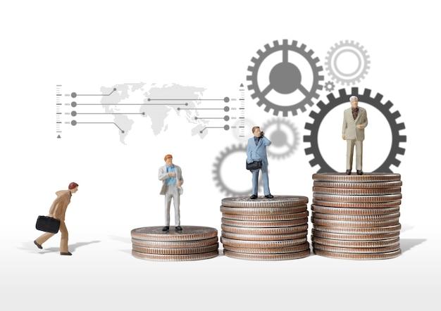 Il concetto di figura in miniatura di uomo d'affari si sposta verso la finanza aziendale di successo e il marketing