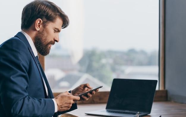 Uomo d'affari in ufficio tecnologia internet professionale