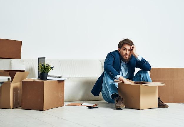 Uomo d'affari in ufficio che disimballa le cose manager del lavoro. foto di alta qualità