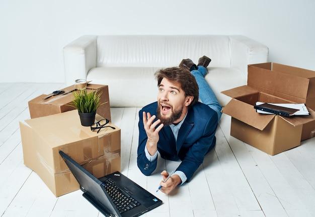 Uomo d'affari ufficiale nuovo ufficio disimballaggio scatole di cose