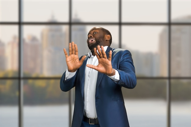 L'uomo d'affari ha messo le mani in avanti. manager nero con emozione di paura