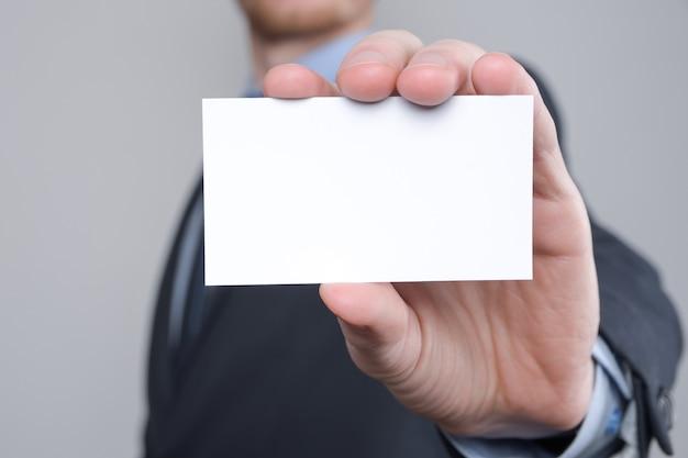 Stretta della mano dell'uomo di affari che mostra biglietto da visita