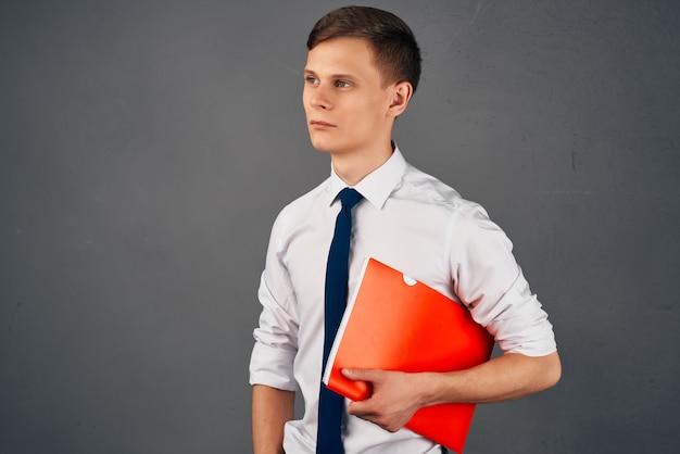 Uomo d'affari in camicia con cravatta documenti ufficio fiducia in se stessi