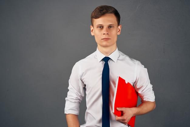 Uomo d'affari in camicia con cravatta documenti responsabile ufficio professionale