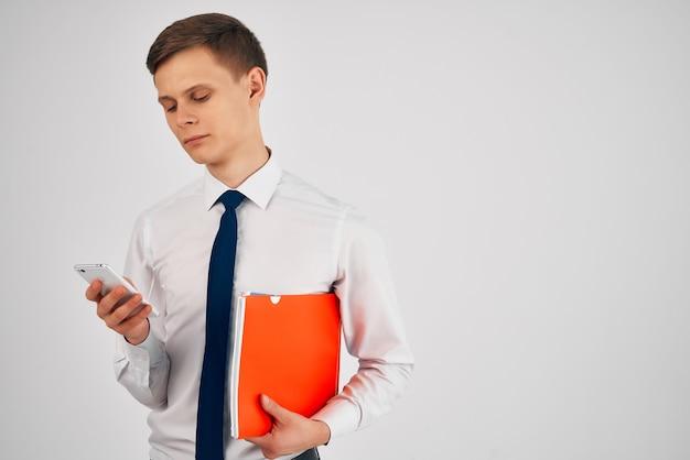 Uomo d'affari in camicia con cravatta documenti ufficio comunicazione telefonica
