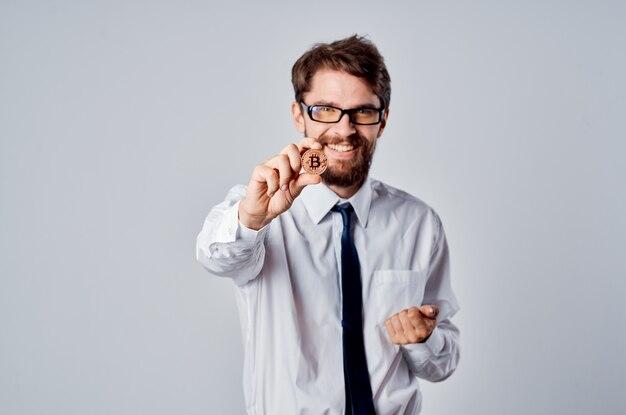 Uomo d'affari in camicia con cravatta denaro internet criptovaluta finanza