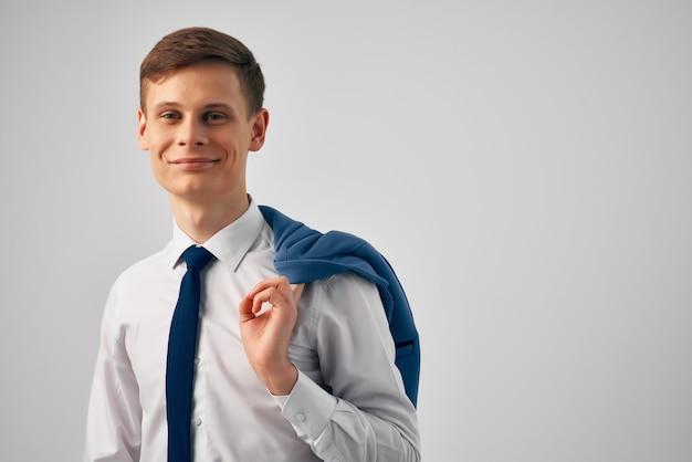 Uomo d'affari in camicia con giacca cravatta sulla spalla ufficio manager di successo