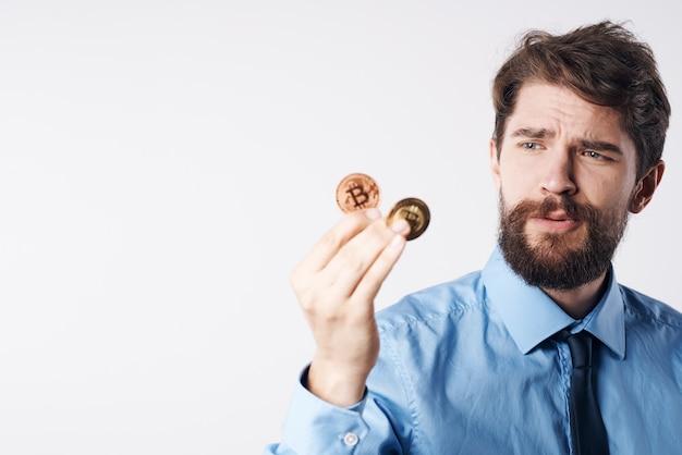Uomo d'affari in camicia con cravatta gestione del denaro finanza