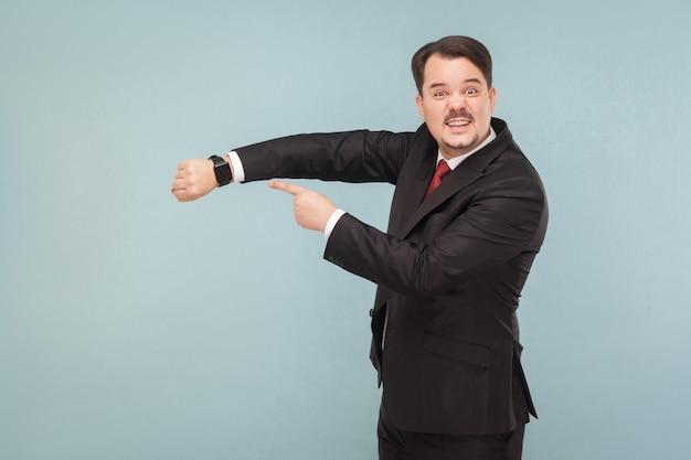Uomo d'affari che mostra all'orologio intelligente
