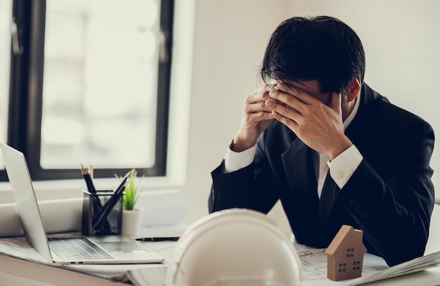 Uomo d'affari stress e preoccupazione per il tempo in ritardo per completare il progetto di costruzione