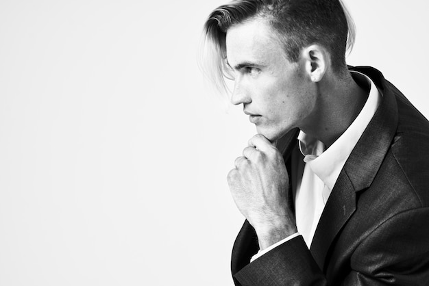 Uomo d'affari in tuta moda acconciatura fiducia in se stessi in posa