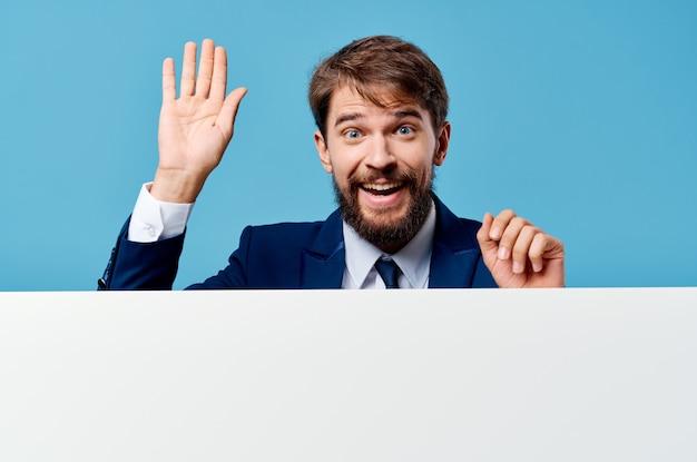 Uomo di affari in vestito che gesturing con il blu di presentazione di mocap dell'insegna delle mani.
