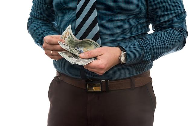 Uomo d'affari in tuta ci tiene banconote da un dollaro, isolato su bianco.
