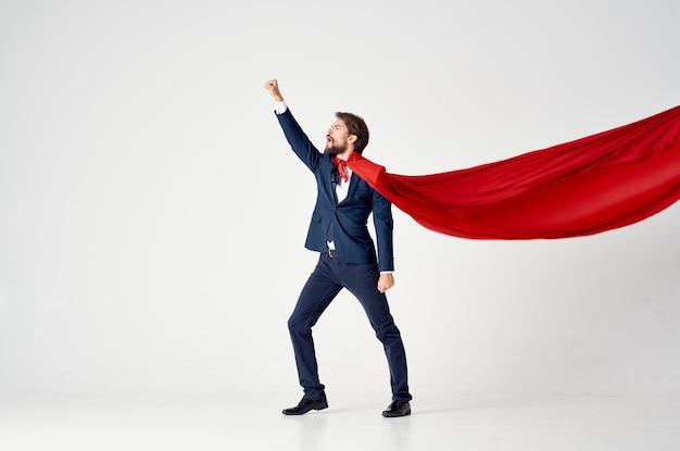 Uomo d'affari in tuta mantello rosso potere supereroe città difesa