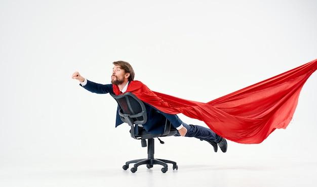 Uomo d'affari in tuta mantello rosso manager supereroe