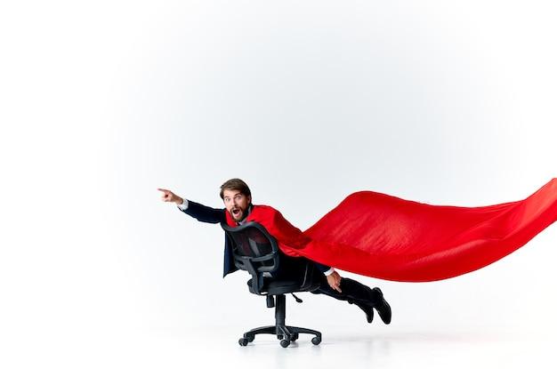 Uomo d'affari in tuta impermeabile rosso tecnologia di viaggio professionale