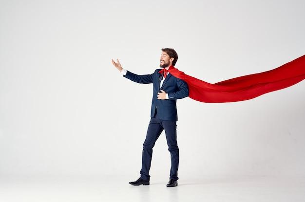 Uomo d'affari con un vestito impermeabile rosso, il lavoro è uno stile di vita