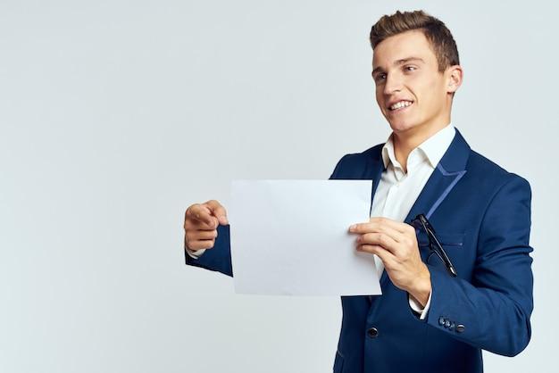 Uomo d'affari in un vestito di un foglio di carta ufficio esecutivo di copy space.