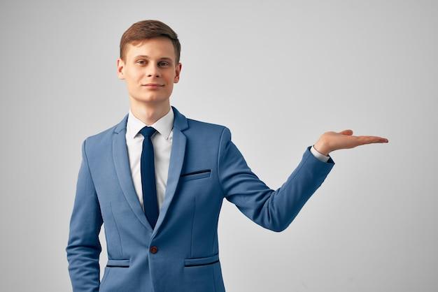 Uomo d'affari in tuta successo lavoro d'ufficio ufficiale