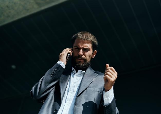 Uomo d'affari in un vestito, parlando al telefono