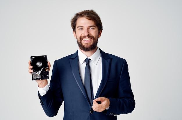 Uomo d'affari in tuta e informazioni sul disco rigido della tecnologia