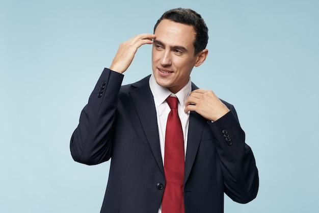 Uomo d'affari in giacca e cravatta manager fiducia in se stessi