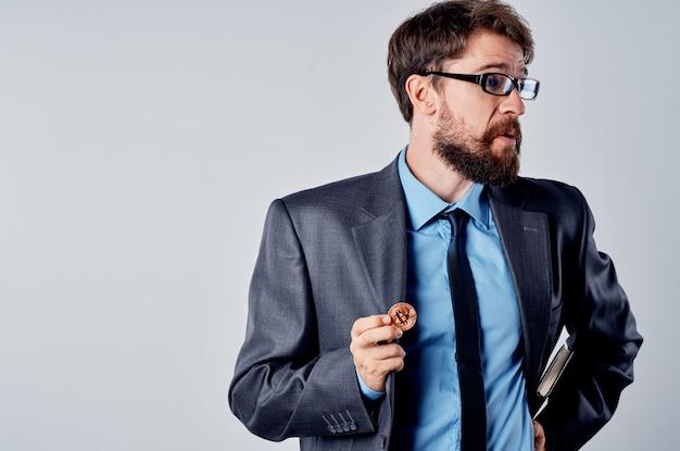 Uomo d'affari in abito con criptovaluta bitcoin nelle sue mani economia degli investimenti finanziari. foto di alta qualità