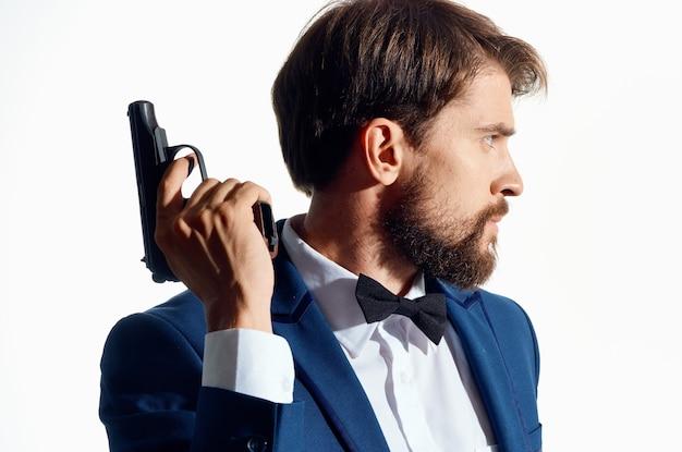 Uomo d'affari in un vestito con una pistola in mano crimine di cautela detective.