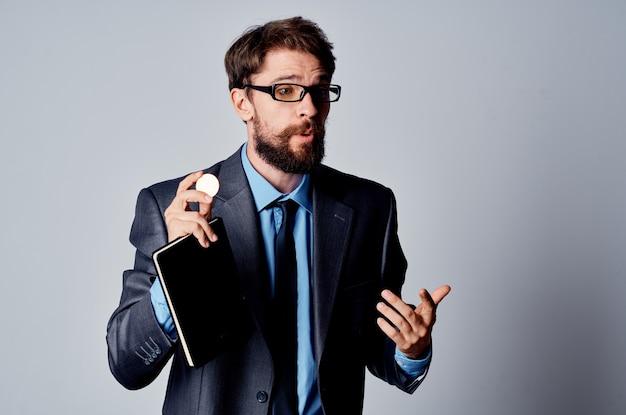 Uomo d'affari in giacca e cravatta con un investimento di denaro elettronico bitcoin di criptovaluta