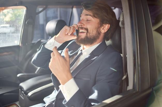 Uomo d'affari che parla al telefono viaggio ufficiale a