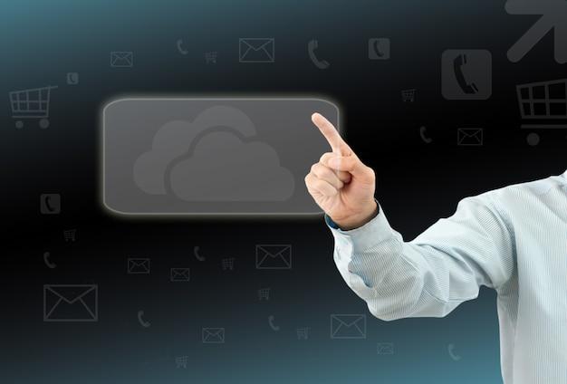 L'uomo d'affari tocca un pulsante su uno schermo immaginario
