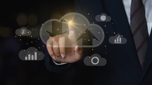 Business man toccando l'icona cloud server computing connessione dati informazioni business intelligence con icona grafico grafico. concetto di cloud computing e innovazione tecnologica