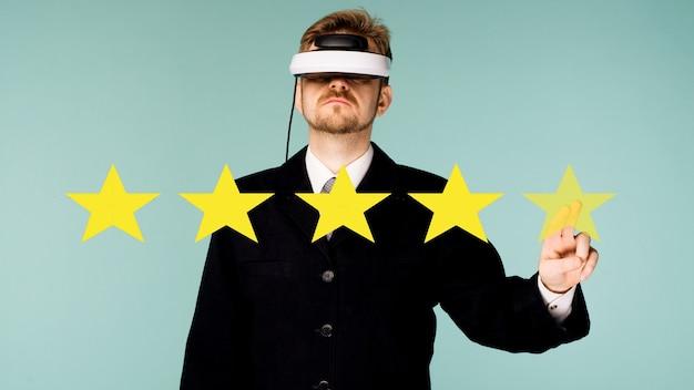 Uomo di affari in vetri virtuali che danno cinque stelle che valutano il concetto circa il feedback positivo dei clienti