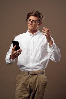 Gestore di camicia bianca dell'uomo d'affari lavoratore di emozioni dell'ufficio