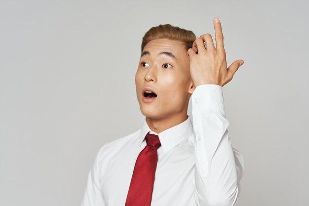 Gesti di cravatta camicia bianca uomo d'affari con emozioni di stile di vita delle mani