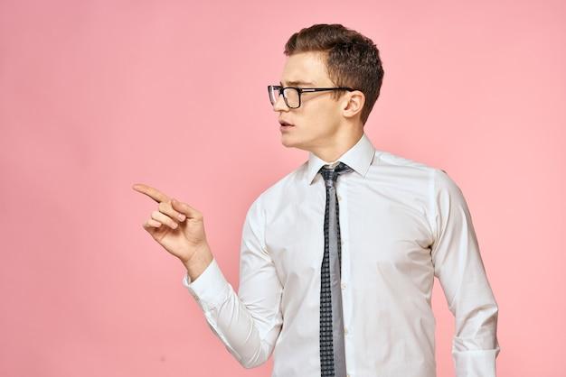 Uomo d'affari in camicia bianca con cravatta con gli occhiali rosa ufficiale di fiducia in se stessi