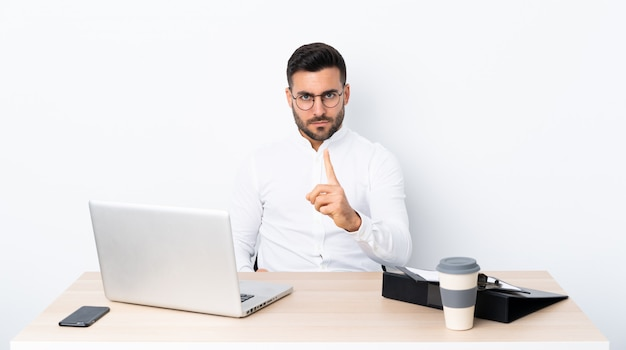 Uomo di affari con la barba sopra la parete isolata