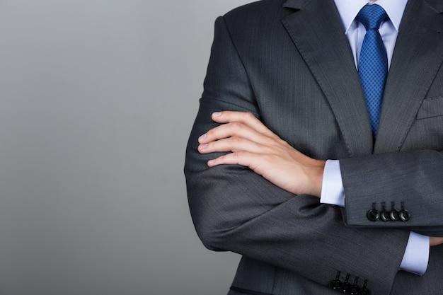 Uomo d'affari con le mani giunte