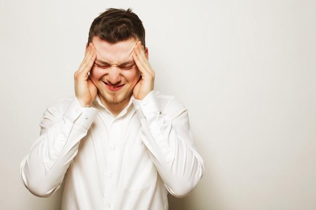 Uomo d'affari con un mal di testa o un problema
