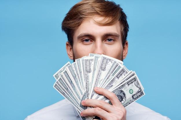 Uomo d'affari con denaro ricchezza finanza sfondo blu