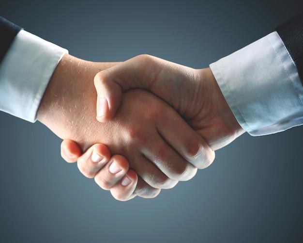 Uomo d'affari con una mano aperta pronta a sigillare un affare