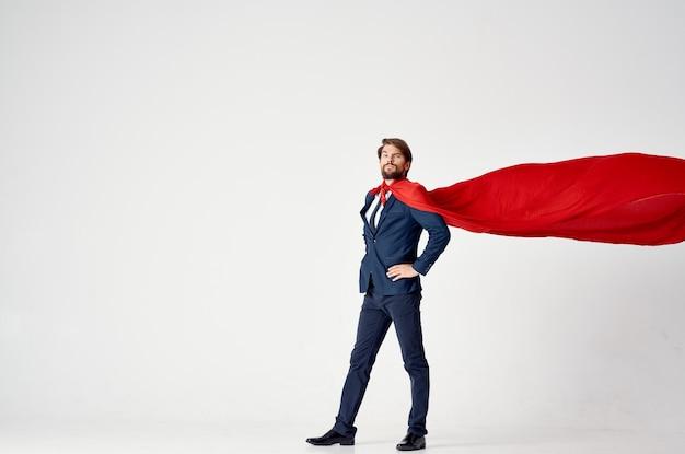 Uomo d'affari con il supereroe mantello rosso sulla vittoria di successo leggero.