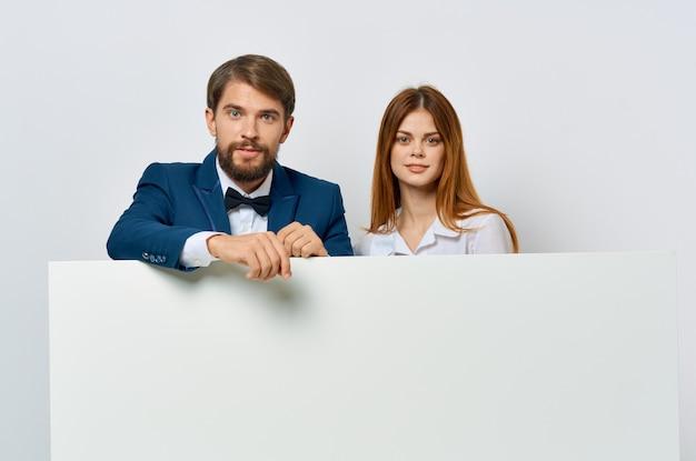 L'uomo d'affari e la donna tabellone per le affissioni marketing divertenti emozioni sfondo isolato